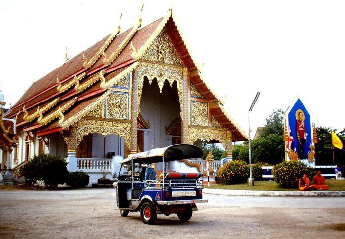 Tuk tuk e templo na Tailândia