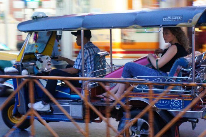 Turista em Tuk-Tuk na Tailândia