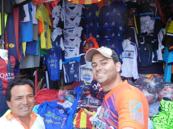 Tenda com camisas de times na Cidade da Guatemala