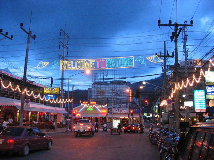 Rua de Patong Beach durante a noite