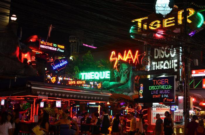 Noite agitada em Patong Beach, na Tailândia