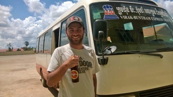 Micro ônibus em viagem entre o Vietnã e o Camboja