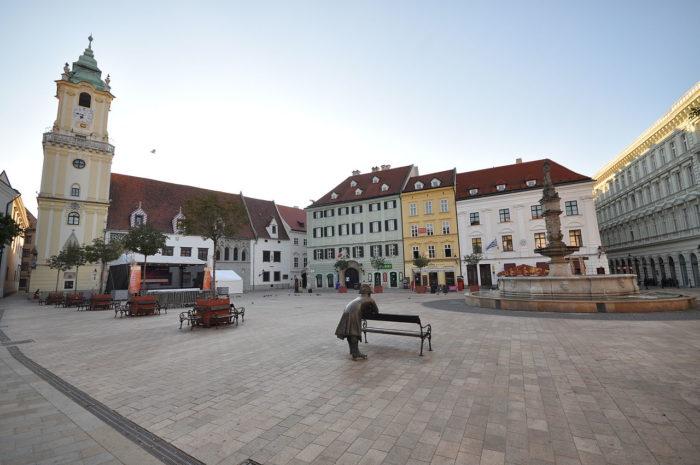 A Praça Hlavné Nam em Bratislava, Eslováquia