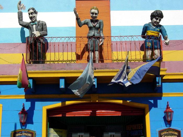 Bonecos de personagens ilustres em La Boca