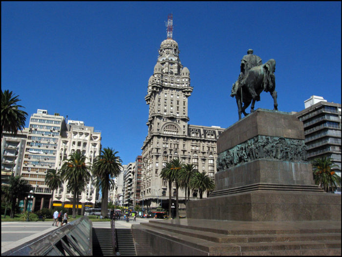 A Plaza de la Independencia e o Palácio Salvo, em Montevidéu
