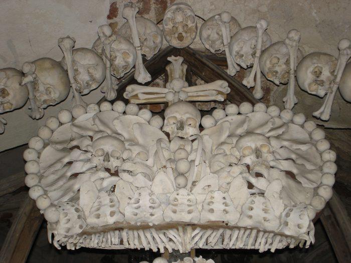 Obras feitas com ossos em Kunta Hora, República Tcheca