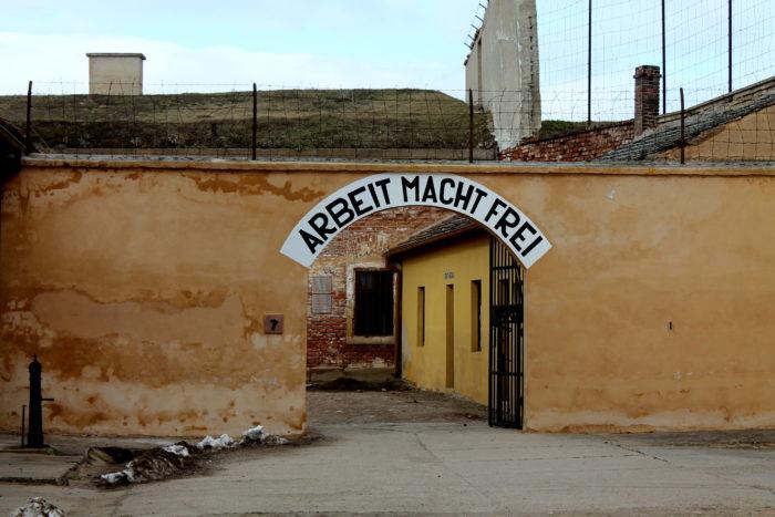 Um dos portões de Terezin, na República Tcheca